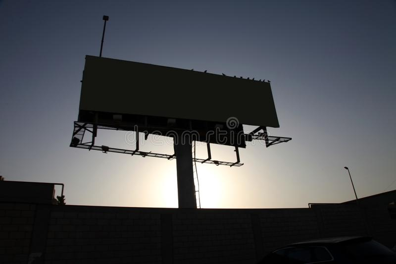 Cartelera en blanco con el espacio de la copia para su mensaje o contenido de texto, al aire libre haciendo publicidad de mofa pa fotografía de archivo
