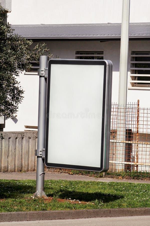 Cartelera en blanco con el espacio de la copia para su mensaje o contenido de texto, al aire libre haciendo publicidad de mofa pa fotos de archivo libres de regalías