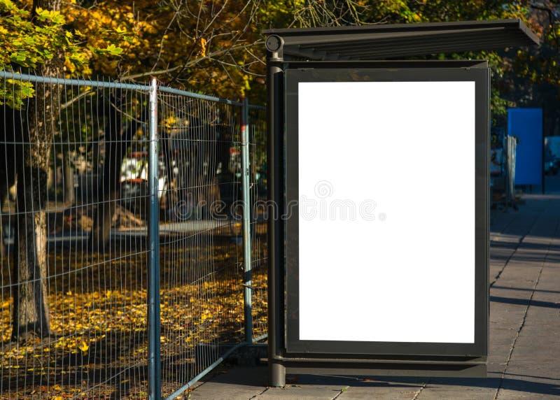 Cartelera en blanco del anuncio de la parada de autobús en el ambiente urbano de la ciudad fotografía de archivo libre de regalías