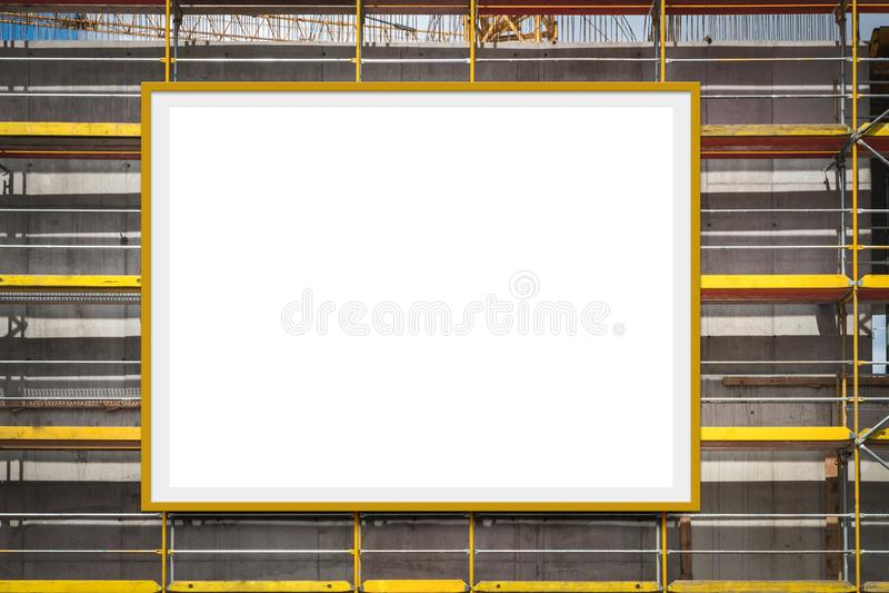 Cartelera en blanco del anuncio en fachada del andamio/del edificio foto de archivo