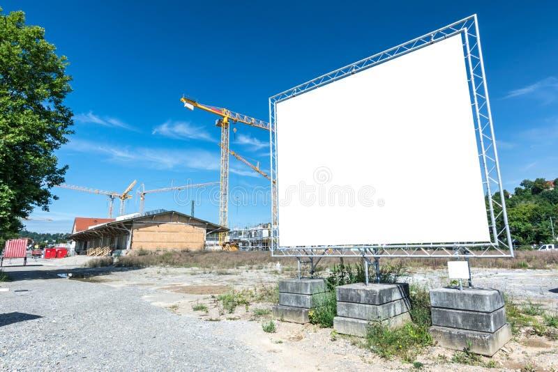 Cartelera en blanco delante del área de la construcción imagen de archivo