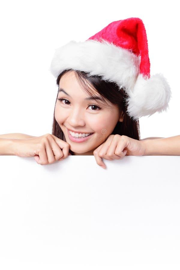 Cartelera en blanco detrás feliz de la muchacha de Santa foto de archivo libre de regalías