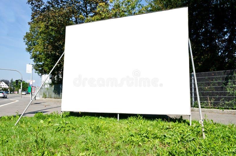 Cartelera en blanco en el lado de la calle imagenes de archivo