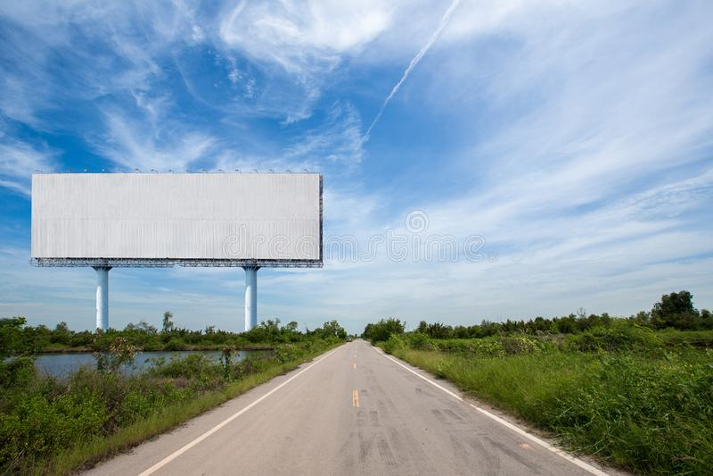 cartelera en blanco en el sideway en el parque imagen para el espacio, el anuncio, el texto y el objeto de la copia fotografía de archivo libre de regalías
