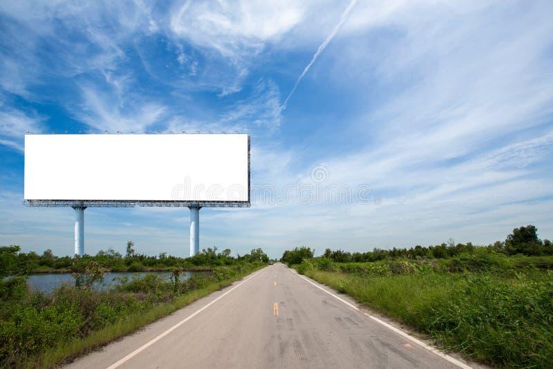 cartelera en blanco en el sideway en el parque imagen para el espacio, el anuncio, el texto y el objeto de la copia imagenes de archivo