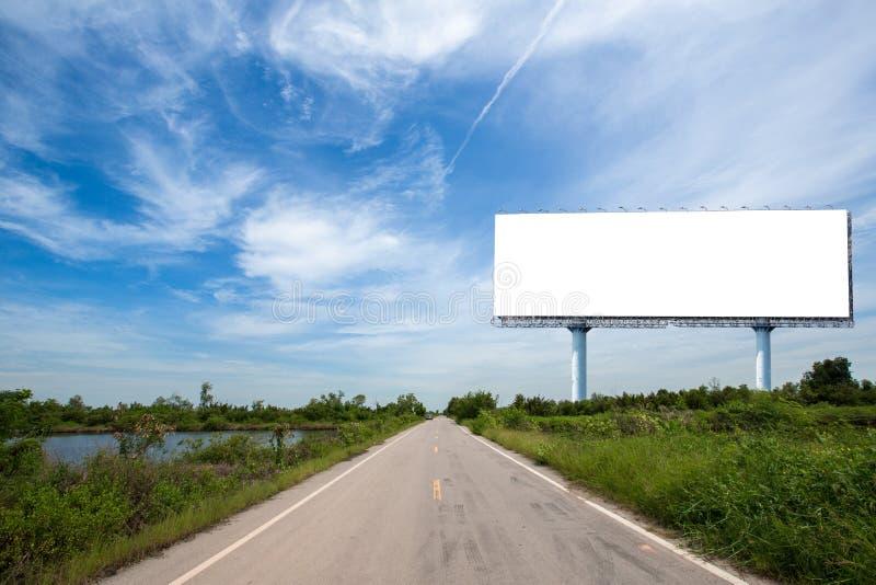cartelera en blanco en el sideway en el parque imagen para el espacio, el anuncio, el texto y el objeto de la copia fotos de archivo