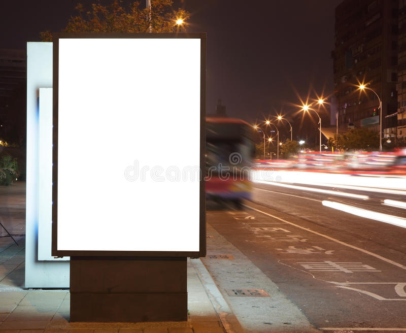Cartelera en blanco en la noche en la calle de la ciudad imágenes de archivo libres de regalías