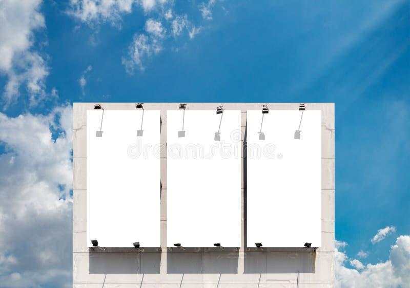 Cartelera en blanco en la pared del edificio fotos de archivo libres de regalías