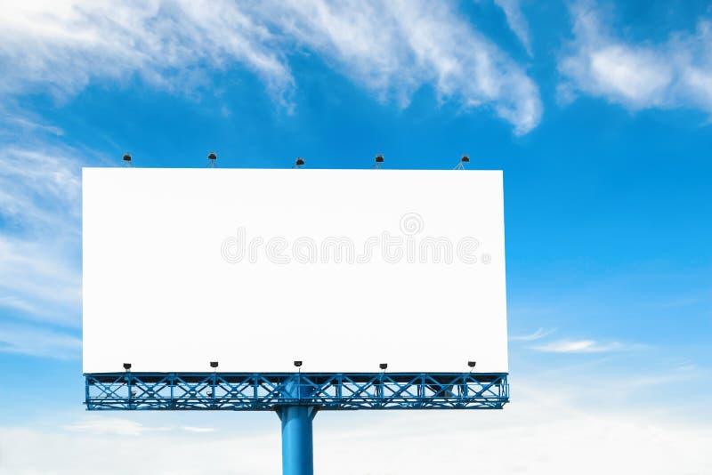 Cartelera en blanco grande con la nube y el cielo azul aislados en blanco imagenes de archivo