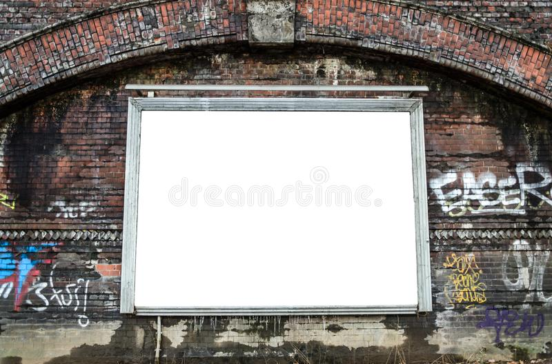Cartelera en blanco en la pared de ladrillo resistida fotografía de archivo