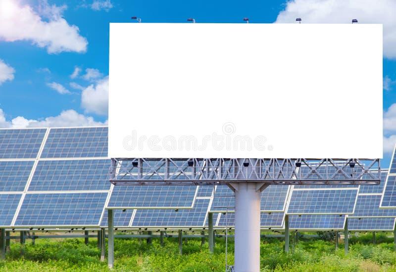 Cartelera en blanco para el anuncio con la planta de energía solar imagen de archivo