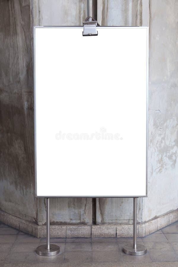 Cartelera en blanco para el anuncio en la calle que camina fotos de archivo libres de regalías