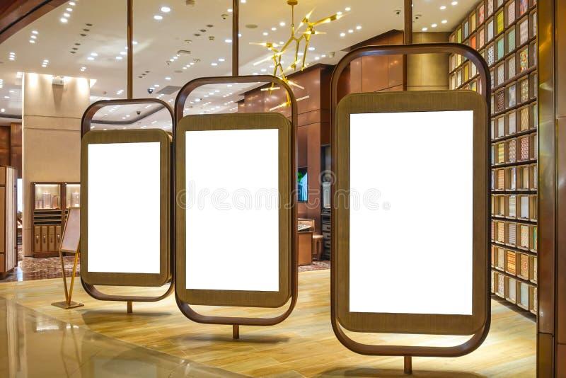 Cartelera en blanco en pasillo del centro comercial imagenes de archivo