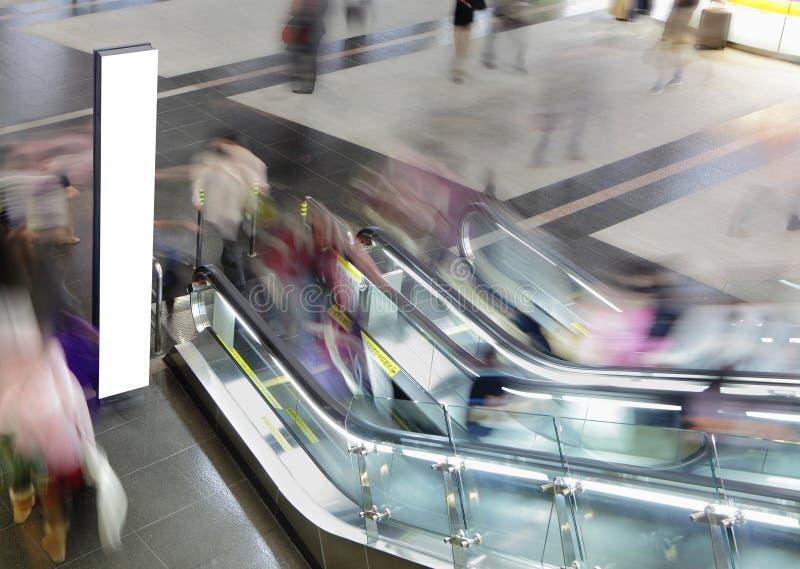 Cartelera en blanco y gente ocupada foto de archivo libre de regalías