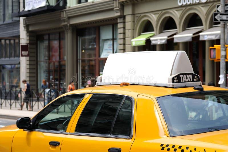 Cartelera en el taxi amarillo imagenes de archivo