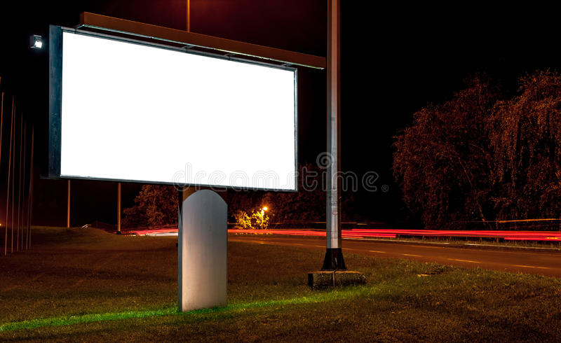 Cartelera en la carretera por noche imágenes de archivo libres de regalías