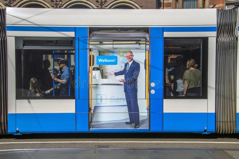 Cartelera en una tranvía de Amsterdam el 2018 holandés: Bienvenido imagenes de archivo