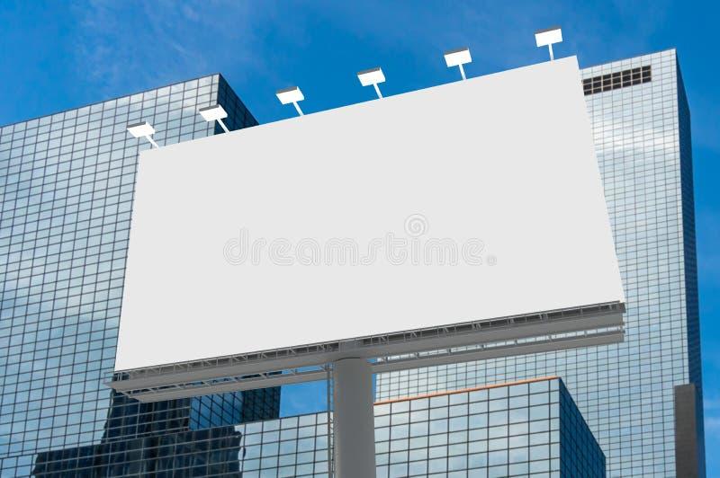 Cartelera horizontal en blanco en fondo de la ciudad stock de ilustración