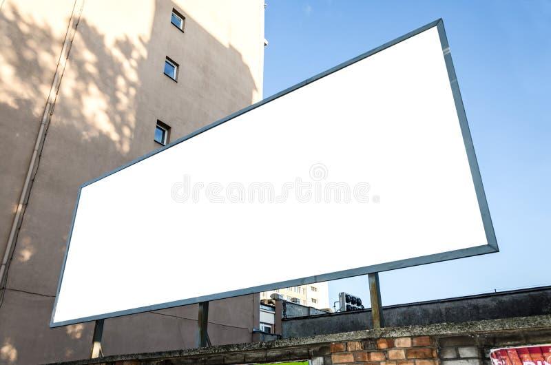 Cartelera horizontal en blanco en una pared en el ambiente urbano fotografía de archivo libre de regalías