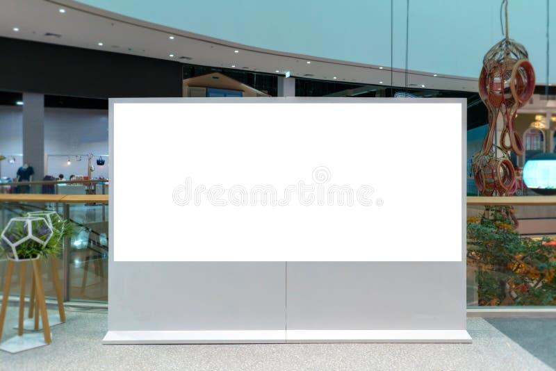 cartelera o cartel de la publicidad con el espacio vacío de la copia en Departm foto de archivo