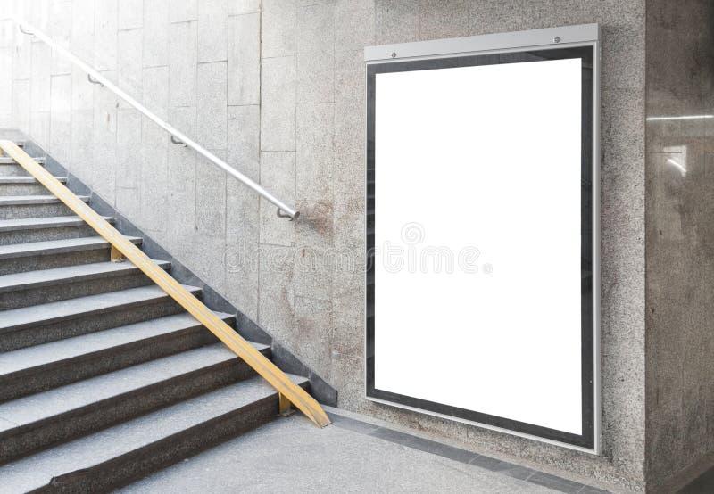 Cartelera o cartel en blanco en pasillo fotos de archivo libres de regalías