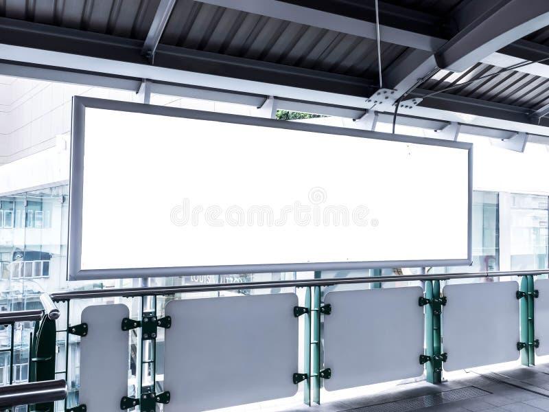 Cartelera o cartel en blanco situado en Tren eléctrico libre illustration