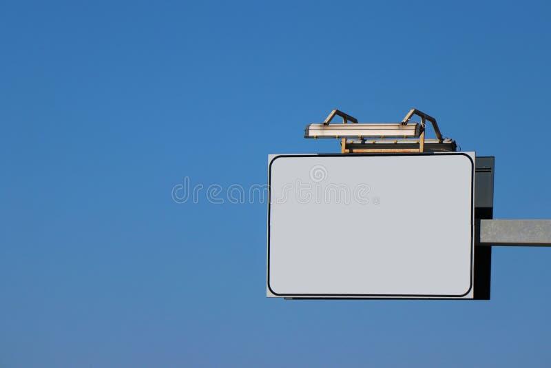 Cartelera vacía de la calle, contra el cielo azul fotografía de archivo libre de regalías