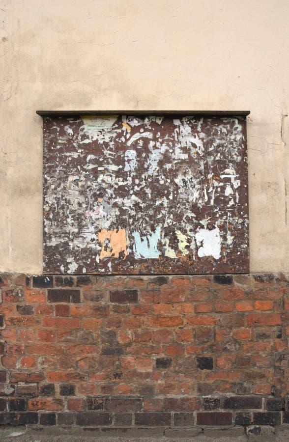 Cartelera vieja en la pared fotos de archivo libres de regalías