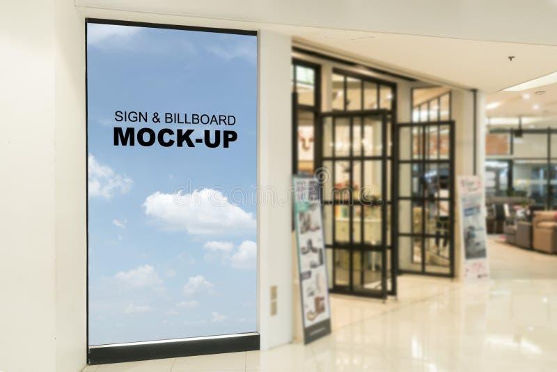 Carteleras en blanco establecidas en la alameda de compras o la tienda al por menor, útil para su publicidad foto de archivo