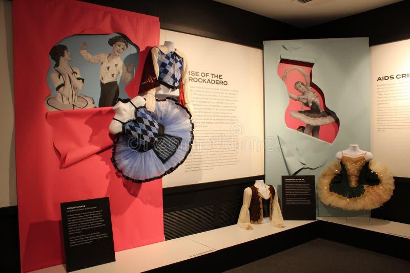 Carteles brillantes y coloridos con descripciones de los bailarines no sexistas, museo nacional de la danza, Saratoga Springs, Nu imagenes de archivo