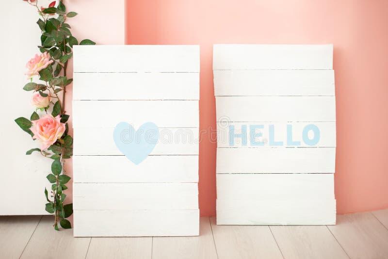 Carteles de madera con las palabras HOLA y el amor Capítulos con el texto HOLA, icono del amor Artículos interiores dentro de la  imagenes de archivo