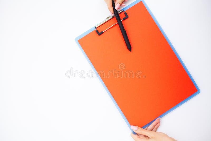 Cartella in bianco con? carta della gamma Passi quella cartella della tenuta e tratti su fondo bianco Copyspace Posto per testo fotografie stock
