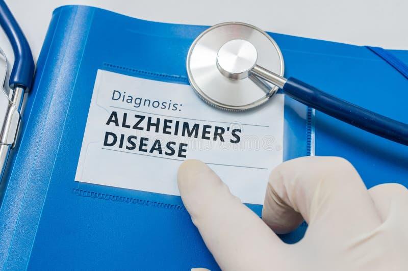 Cartella blu con la diagnosi del morbo di Alzheimer fotografia stock