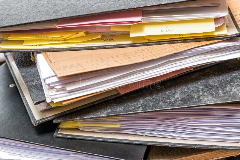 Cartella di archivi con carta sulla scrivania fotografia stock libera da diritti