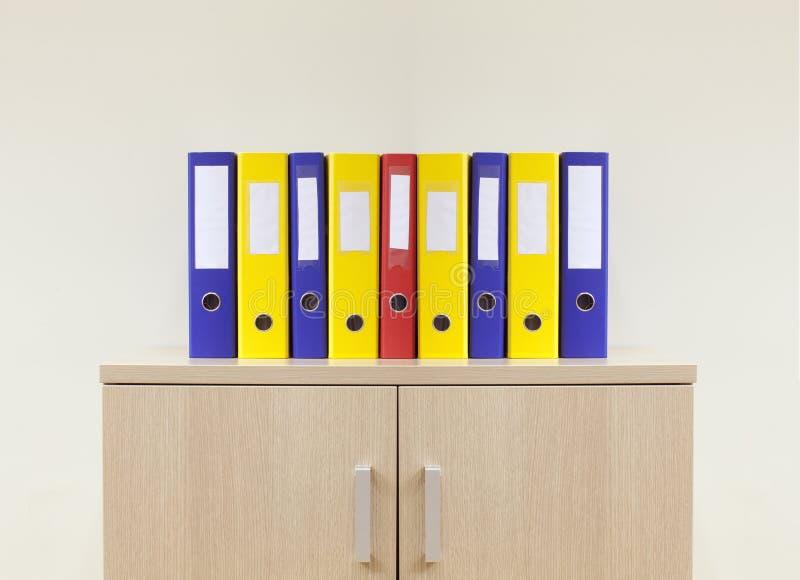 Cartelle dell'ufficio sull'ufficio minimo moderno immagine stock
