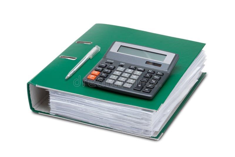 Cartelle di affari con le carte e un calcolatore su un backgro bianco fotografia stock libera da diritti