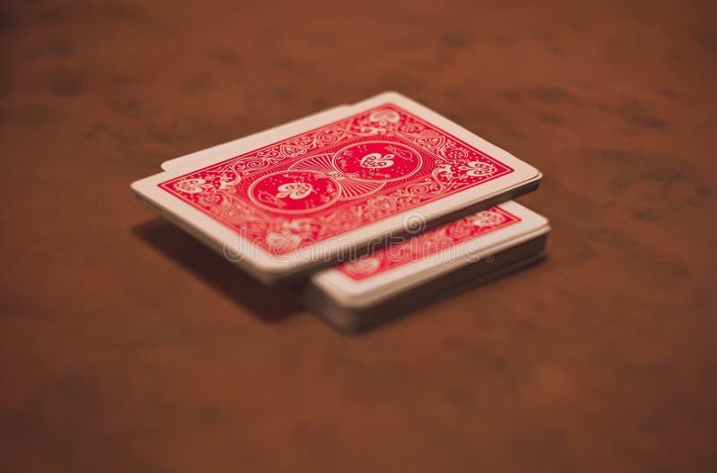 Cartellini rossi che si trovano su una tavola verniciata di legno immagine stock libera da diritti