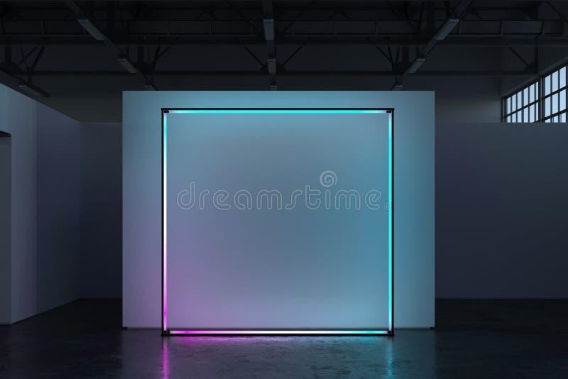 Cartello in bianco della tela sulla parete illuminata bianca in sala d'esposizione, rappresentazione 3d fotografie stock libere da diritti