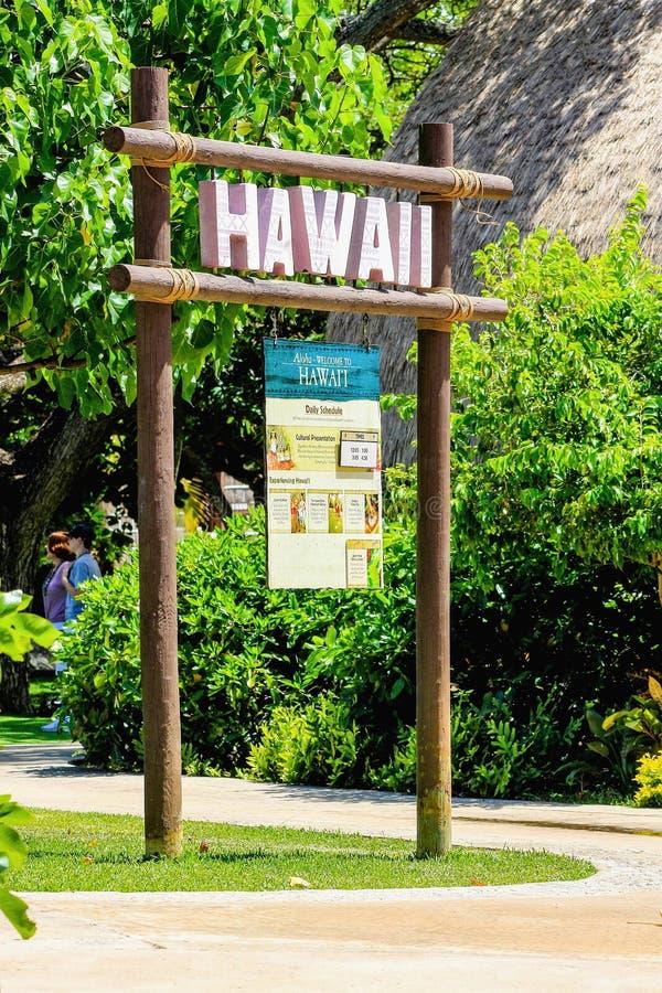 Cartello delle Hawai all'entrata del villaggio hawaiano fotografie stock libere da diritti