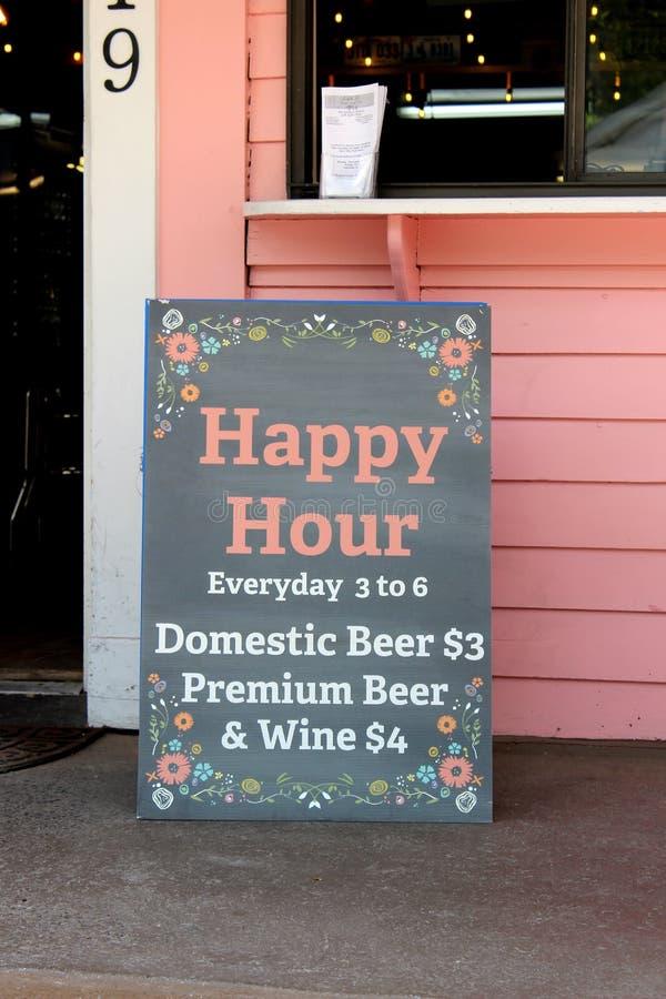 Cartello di grandi dimensioni pubblicitario di Happy Hour, Eddie F's Eatery, Saratoga Springs, New York, 2019 fotografie stock