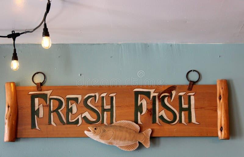 Cartello realizzato a mano sui muri dipinti all'interno di un ristorante di frutti di mare, Eddie F's Eatery, Saratoga, New York, immagini stock libere da diritti