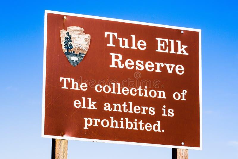 cartello registrato all'entrata della riserva di Tule Elk in cui si dichiara che la raccolta delle formiche di alce è vietata; immagine stock
