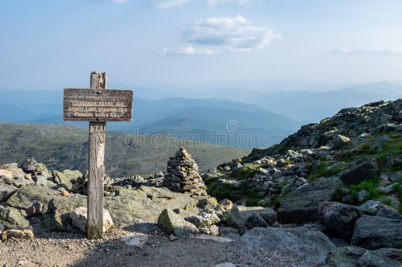Cartello sulla traccia di escursione fotografia stock