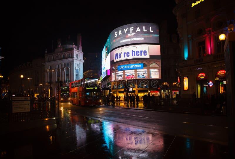 Cartelloni pubblicitari illuminati al West End W1 L del circo di Piccadilly immagini stock libere da diritti