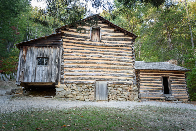 Carter Shields Cabin en parc national Tennessee de Great Smoky Mountains de crique de Cades image libre de droits