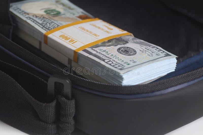Cartera abierta con cientos billetes de dólar imagenes de archivo