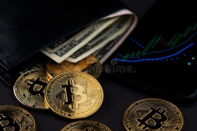 Cartera con las cuentas de dólar americano y las monedas de Bitcoin Cryptocurrency Bitcoin Cryptocurrency que invierte concepto fotografía de archivo