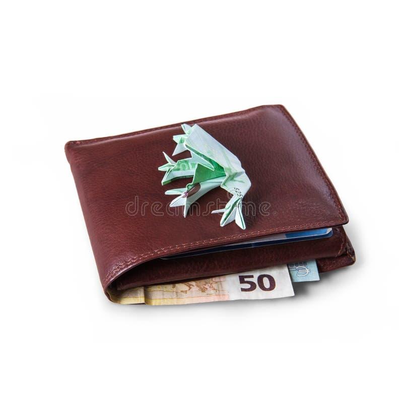 Cartera con las cuentas y los centenares euro de sapo de los euros imágenes de archivo libres de regalías