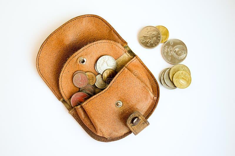 Cartera con las monedas que han caído fotos de archivo libres de regalías