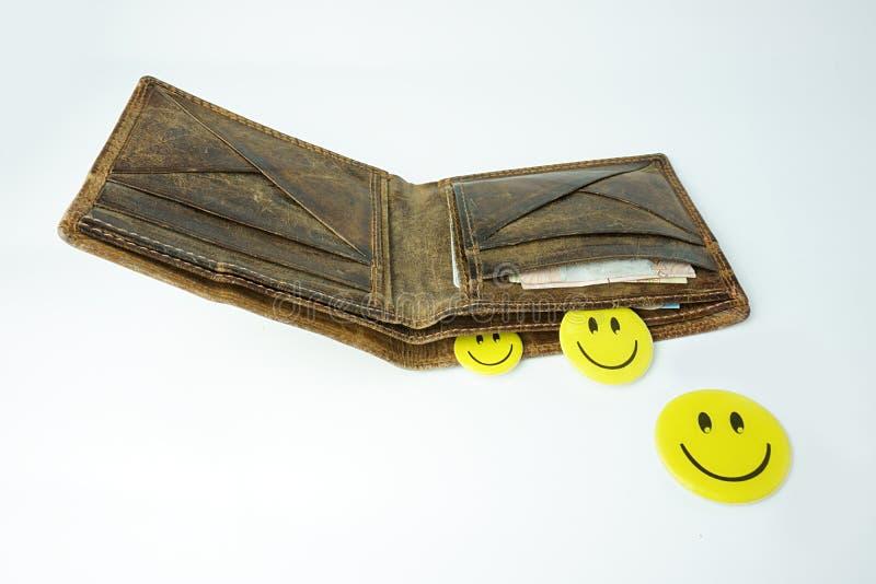 Cartera de cuero abierta con las caras felices sonrientes y dinero aislado en el fondo blanco fotos de archivo libres de regalías